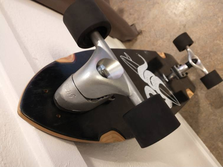 Het resultaat van de Slide Surfskate Truck-Kit, een zelfgebouwde surfskate